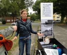 """Daniela Brahm Die Tour als Skulptur – Satteldach City Dinslaken 2015, geführte Tagestouren bei """"Reisen im Kreis"""", Urbane Künste Ruhr, Station 11: Unterlohberg - Wem gehört´s?"""