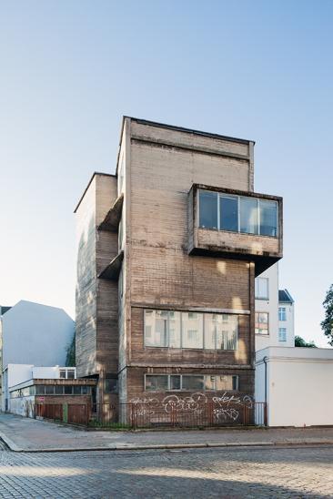 The raw concrete tower on the corner of Gottschedstraße and Bornemannstraße was built 1957-58 by architect Klaus Kirsten.